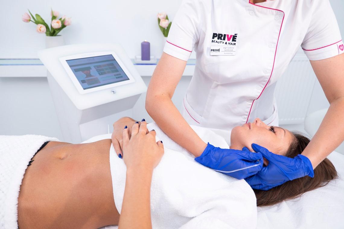 KARBOKSYTERAPIA wykonywanana na twarzy pacjenki w Gdańsku i Sopocie w salonie Kosmetologicznym PRIVE Gdańsk
